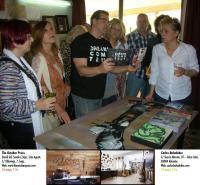 En la imagen, el pintor Salvador Gómez atiende al grupo que ha acudido a su taller.