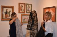 La presidenta de Mare Nostrum, Purificación Enríquez, y Rosa Copa, montando una de las piezas de la muestra