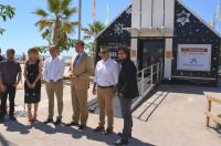 El alcalde y los concejales, junto a directivos de La Caixa, que han participado en el acto