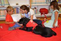 La perra Leila y su monitora, con dos pequeños lectores esta mañana