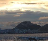 El castillo de Santa Bárbara sobre el monte Benacantil, en una vista desde la bahía
